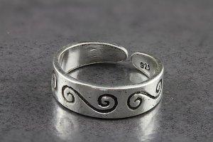 Dainty Swirl Toe Ring